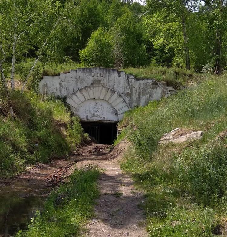 Четыре самых популярных места в Хакасии: Туимский провал - сохранился вход в рудник, через который можно пройти к самой воде в чаше провала