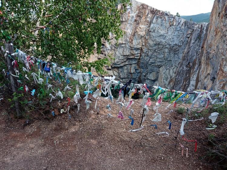 Четыре самых популярных места в Хакасии: Туимский провал - место силы и желаний. Вдоль тропинки туристы оставляют свои узелки для исполнения желаний
