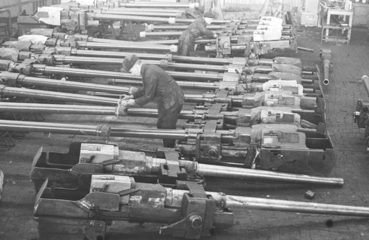 Готовые пушки для танков в Свердловске. 1941-1943 гг. Фото: предоставлено Управлением архивами Свердловской области. Снимок М.А. Инсарова.