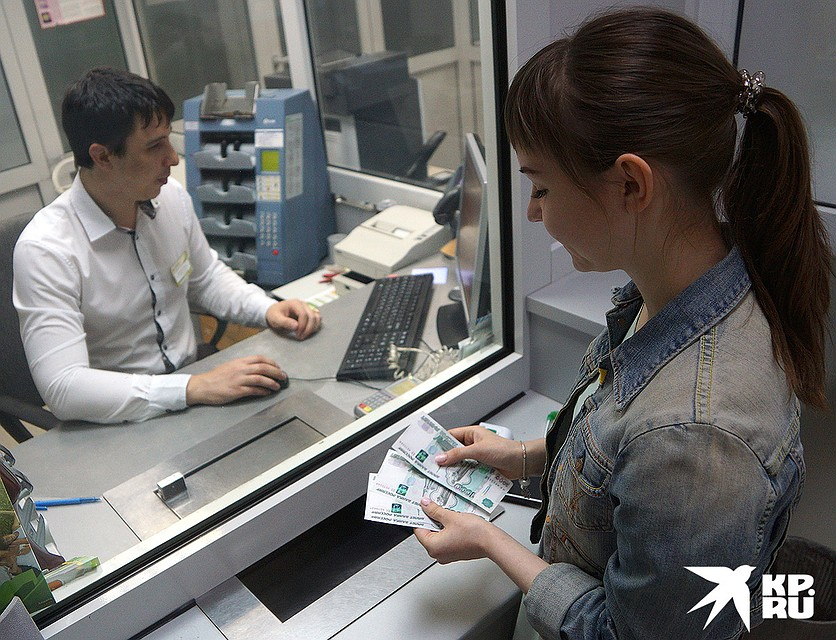 По закону у банков есть право устанавливать любые комиссии, исходя из своей тарифной и клиентской политики. Фото: Алексей БУЛАТОВ