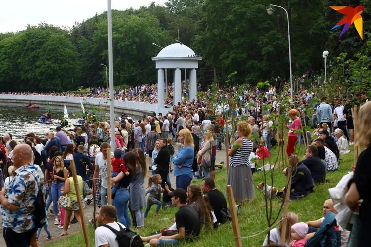 На открытие фонтана пришло более пяти тысяч человек.