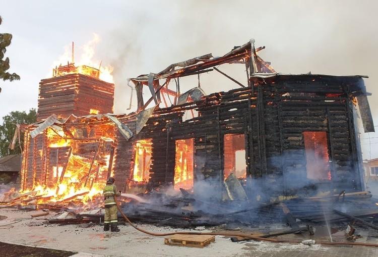 Несмотря на усилия пожарных, здание сгорело дотла.