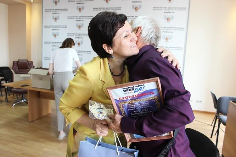 Ольга Николаевна в знак благодарности подарила донецкому кузнецу икону - ее он повесит в своей мастерской