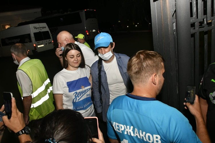"Сергей Семак с фанатами ""Зенита"" в аэропорту Краснодара"
