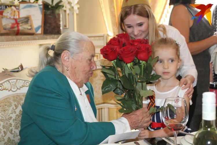 Цветы ветеранам дарила внучка Юрия Шеляпина Машенька - продолжатель добрых дел дедушки.