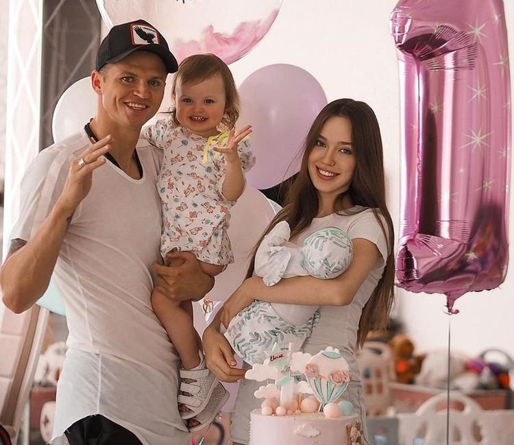 Дмитрий Тарасов с третьей женой и их дочками.
