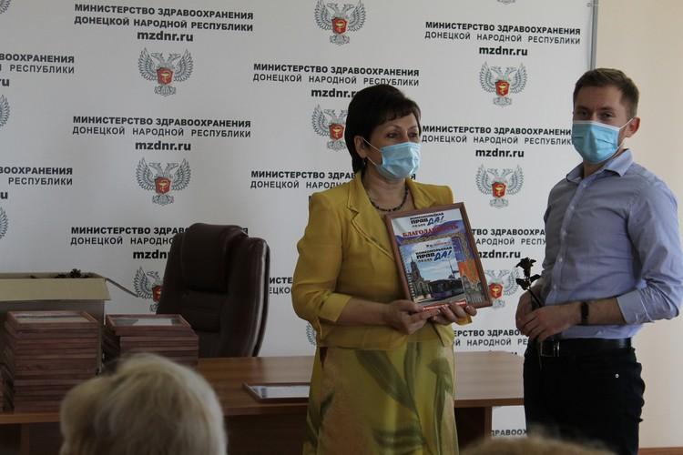 Медикам Республики вручили благодарности «Комсомолки» и розы донецкого кузнеца