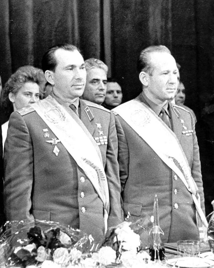 Первые почетные граждане Калининграда - Павел Беляев и Алексей Леонов.