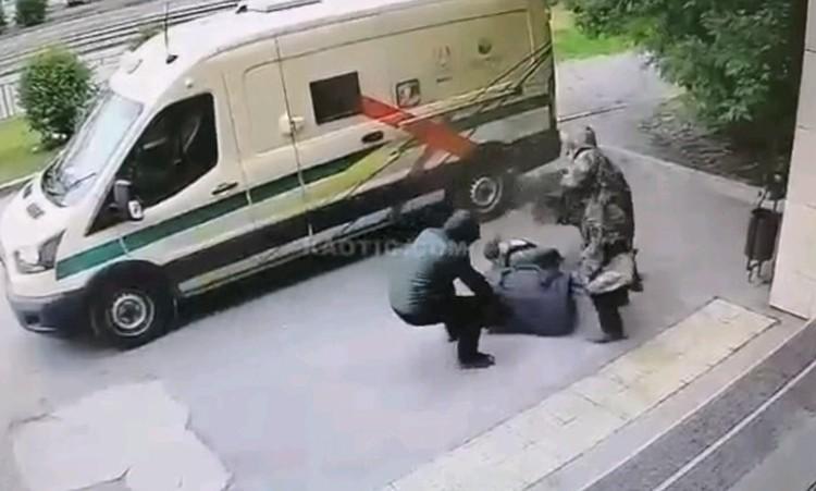 Пока один грабитель хватал сумку с деньгами, второй расстреливал инкассаторов. Стоп-кадр видео