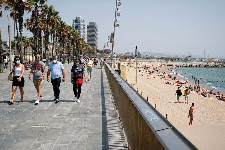В Каталонии (северо-восток Испании) с четверга вновь стало обязательным ношение масок.