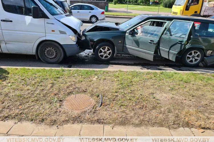 """""""Паровозик"""" собрал микроавтобус, водитель которого потерял управление. Фото: МВД."""