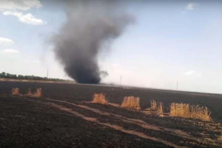 6 июля в Старобешевском районе было несколько огненных смерчей. Через три часа после пожара на полях донецкое телевидение сняло еще один торнадо – уже не огненный, а из черного дым и в два раза мельче. Фото: youtube.com
