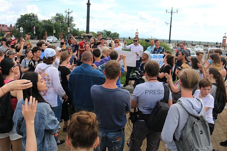 Попытки покричать лозунги против Путина пресекают сами демонстранты