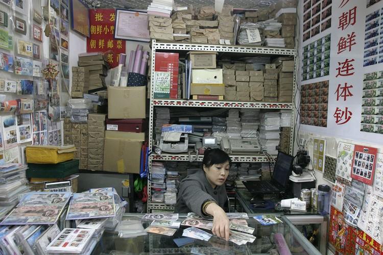 Пункт обмена валюты в Северной Корее. 2009 г.