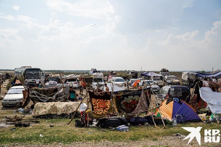 Стихийный лагерь мигрантов в июле стал самым массовым за все время. Около 2000 человек живут посреди поля