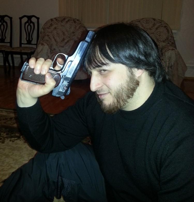 Блогер угрожал жертвам предметом, похожим на пистолет. Фото: личная страница Зелимхана Зелимханова