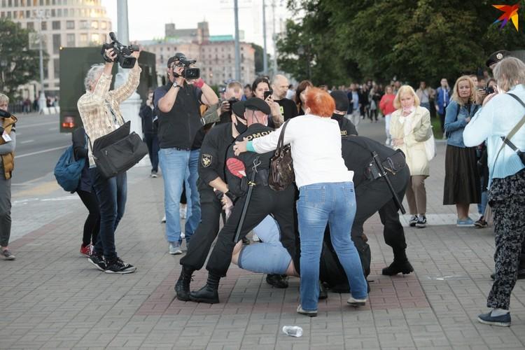 ОМОН задерживал людей недалеко от площади Победы.