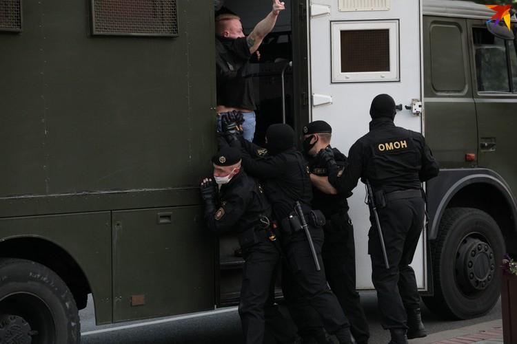 Милиция оперативно паковала участников акции в автозаки.