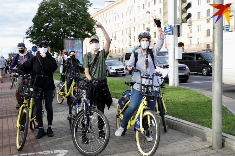Около 20:00 от площади Якуба Коласа велосипедисты начали движение по проспекту Независимости.