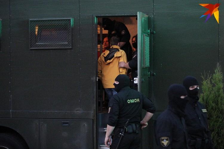 Задержанных грузили в автозаки.