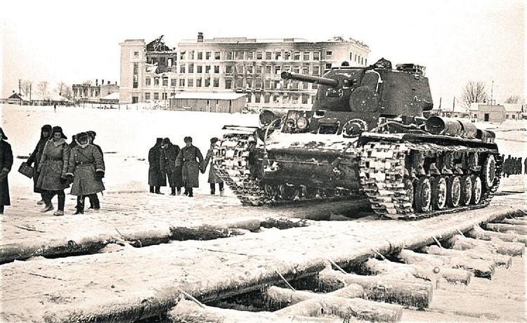 Переправа танков по Волге на западный берег. Фото: Б. ВДОВЕНКО/РИА Новости