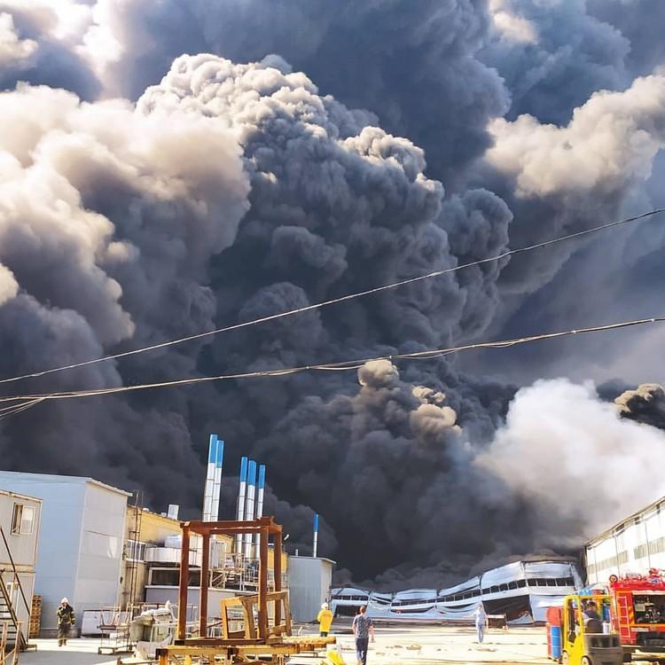 Столб дыма поднимался высоко над городом. Фото: ПСО