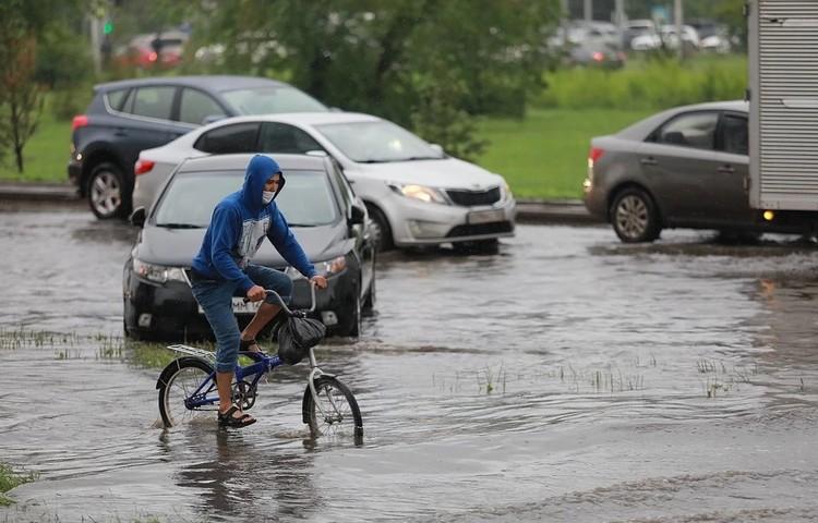 На велосипеде по колено в воде