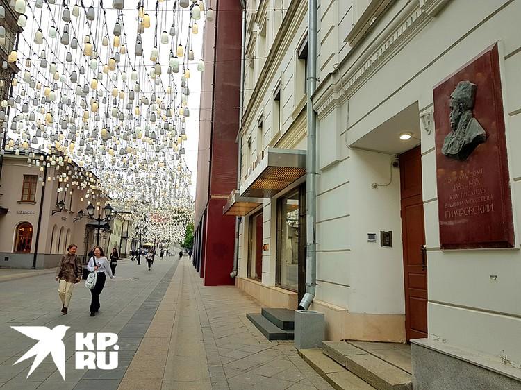 Владимир Гиляровский жил в доме №9. Он писал, что в Столешниковом переулке отображается вся жизнь города.