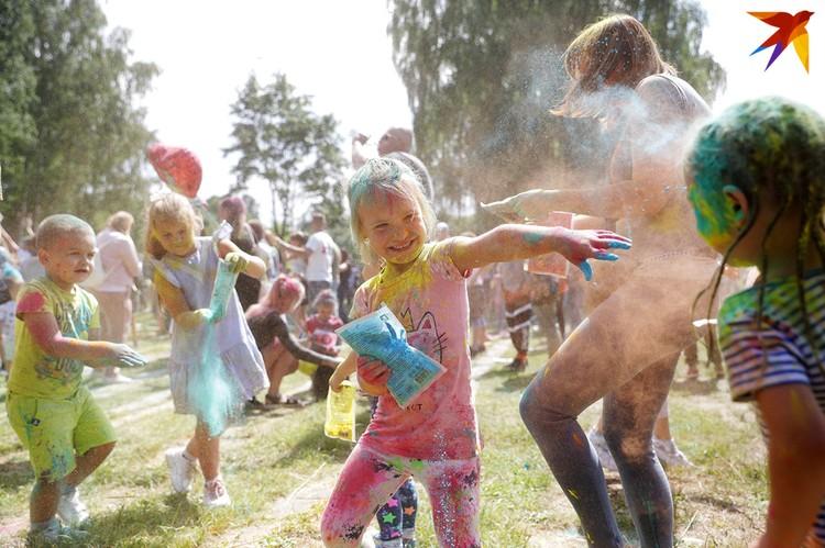 Дети в восторге от фестиваля красок.