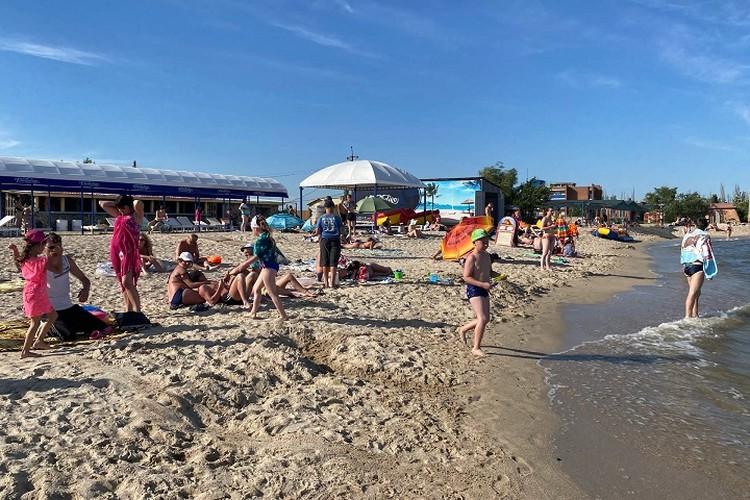Людей на пляже сейчас не так много