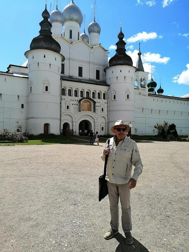 Андрей Макаревич решил показать жене русские красоты.