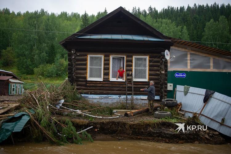 Некоторые люди продолжают оставаться в своих домах в зоне подтопления