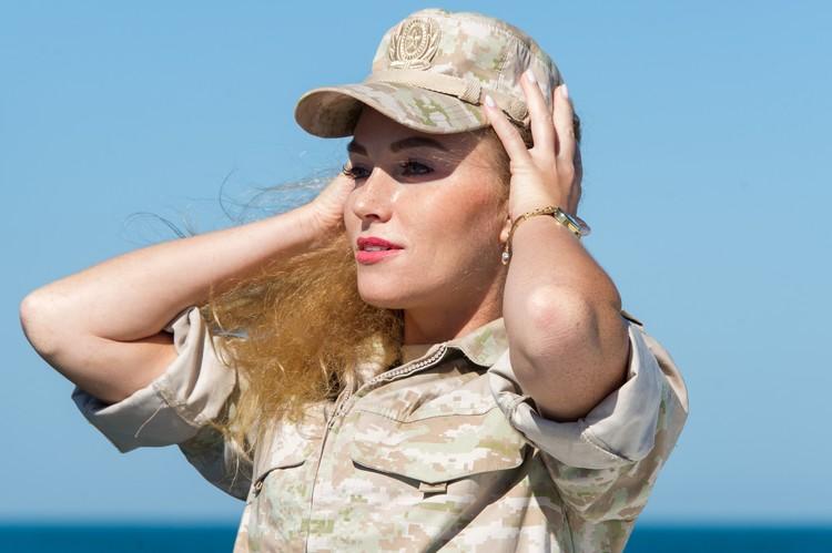 Матрос Юлия Курочкина, как и её боевые подруги мечтала служить в армии. Ну а, что. И работа пристижная и форма красивая