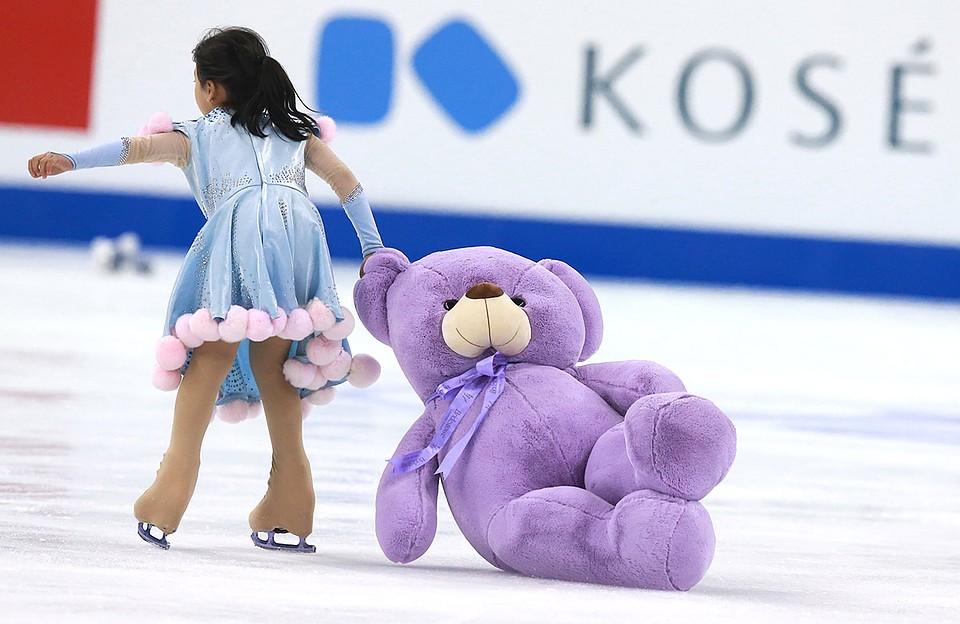 Девочка увозит плюшевого мишку, брошенного на лед после выступления фигуристки на чемпионате мира по фигурному катанию. Фото: Владимир Смирнов/ТАСС