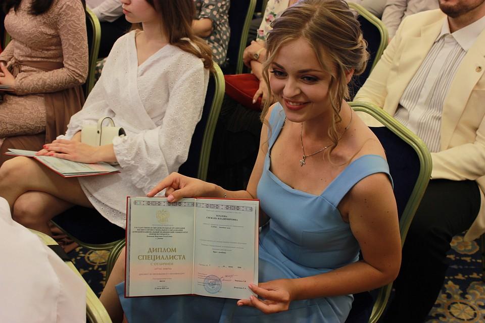 В этом году дипломы российского образца получили около двух тысяч выпускников Республики Фото: Никита МАКАРЕНКОВ, Павел ХАНАРИН