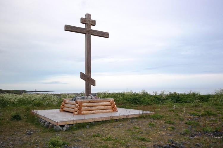 Поморский крест. Кресты на берегах и островах Белого и Баренцева моря служили поморам в том числе и навигационными знаками. В Варде же было поморское захоронение, скорее всего, 18 - 19 веков.