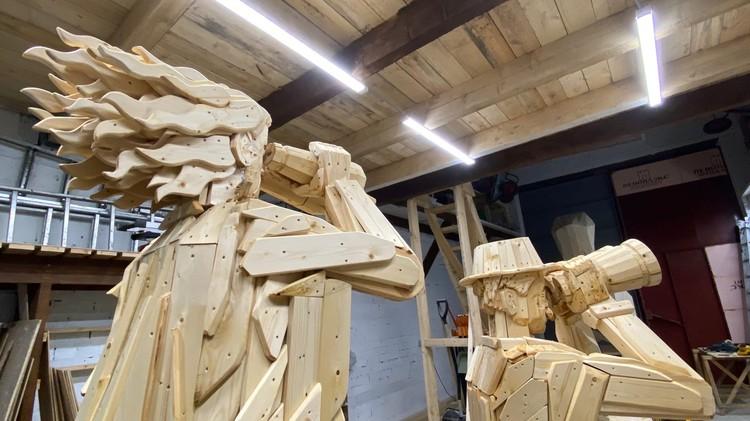 """Деревянные туристы в деревянные бинокли высматривают деревянную птицу-тупика - почти законченный шедевр в мастерской """"Сборной Тайболы"""". Фото: https://www.facebook.com/taibola.festival/"""