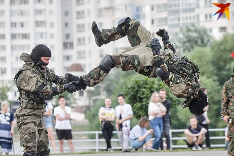 Бойцы отрабатывали элементы рукопашного боя.
