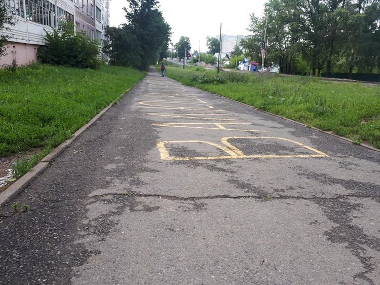 Тротуар, ведущий к школе, требует оперативного ремонта.