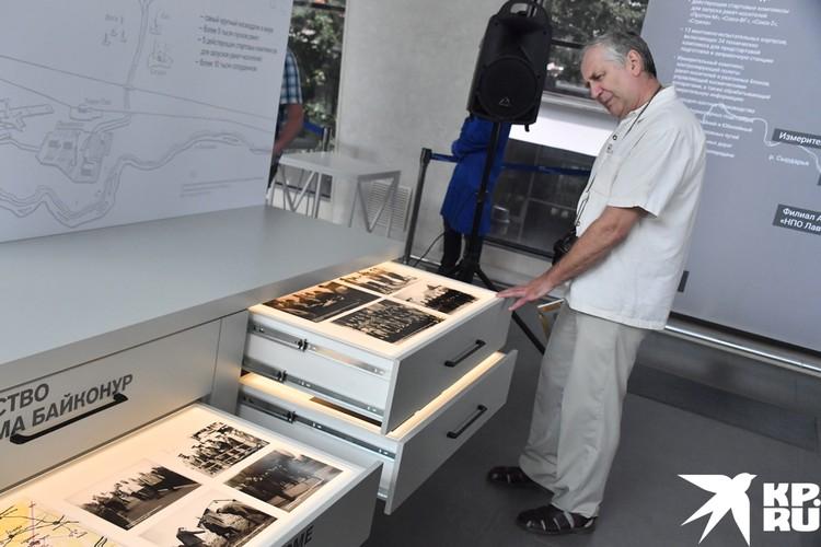 Представлены три экспозиционных модуля, где собрали документы из госархива научно-технической документации и Росархива.