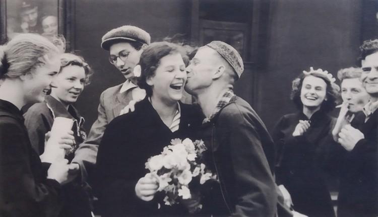 С цветами - Эльвира Зебах после поступления в институт. Справа – родители и сестра Ида. Фото сделано в 1956 году.