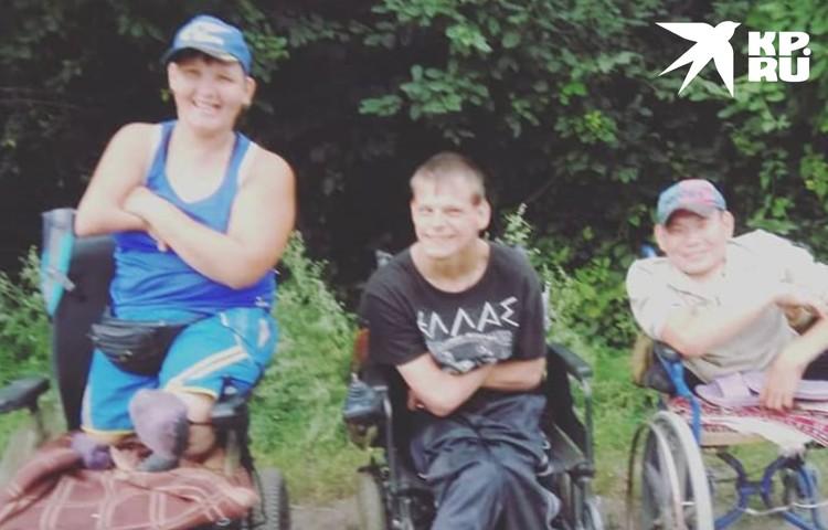 Оксана, Игорь и Орлан дружат много лет, им тоже нужны коляски и семья. Фото: Предоставлено героями публикации