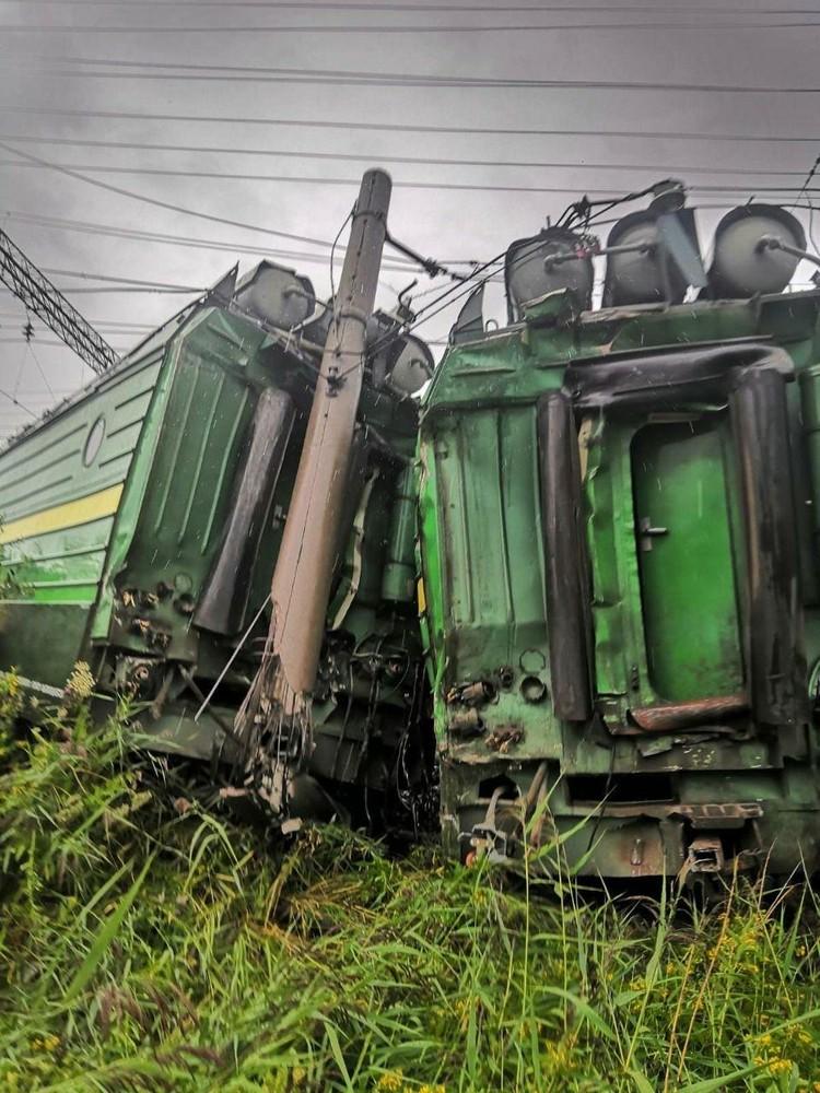 От удара локомотив порвало пополам. Фото: ГУ МЧС СПб