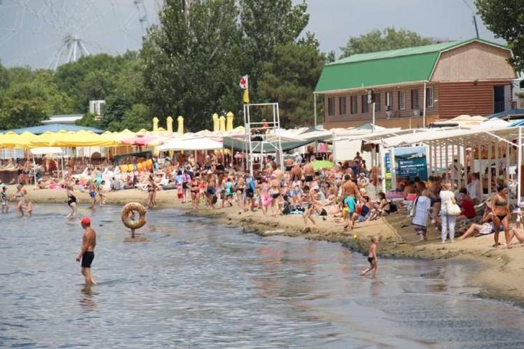 Пляжи Кубани заполнены туристами