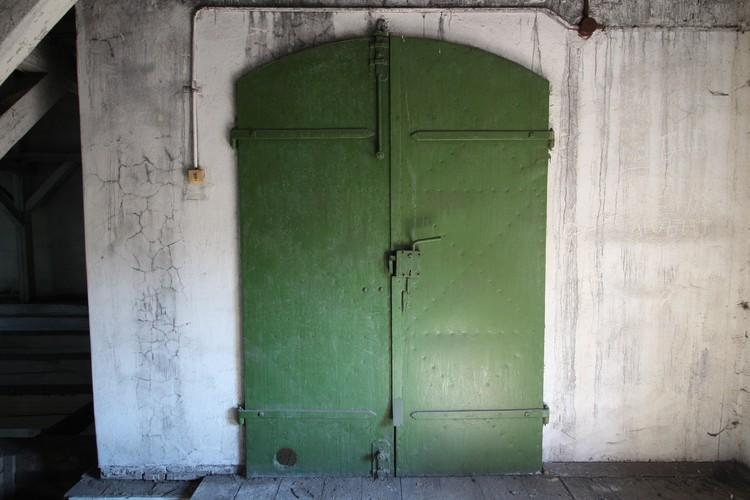 Местами нетронутыми остались и аутентичные двери.