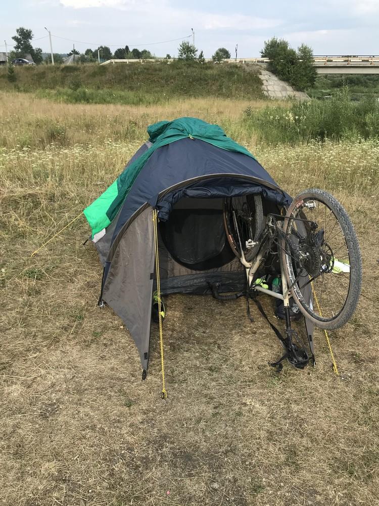Ночевать Александр и пес по кличке Атлас будут в палатке. Фото: предоставлено героем публикации.