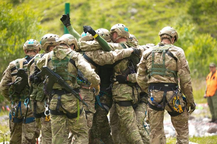 По итогам Всероссийского этапа соревнования будет назван лучший альпинистский взвод в составе 12 военнослужащих. Фото: из архива пресс-службы Южного военного округа