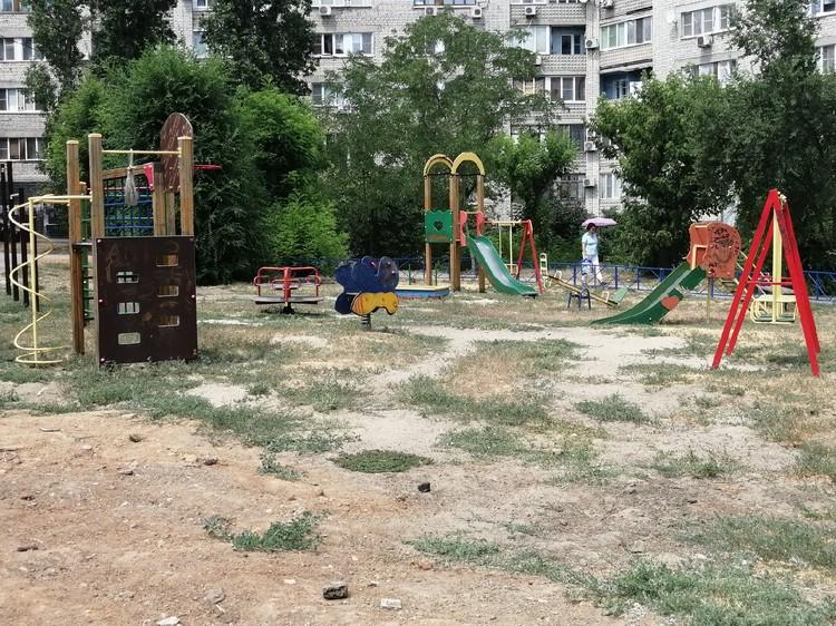 Во дворе есть как новая площадка, так и старая - советская.