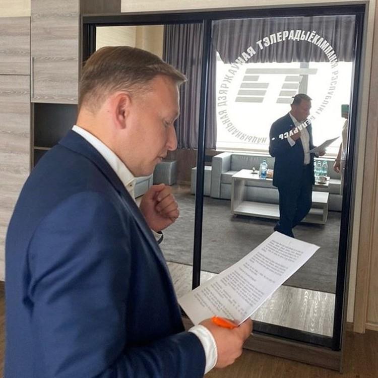 Андрей Дмитриев повторяет текст перед вторым выступлением. Фото: instagram / belarusian