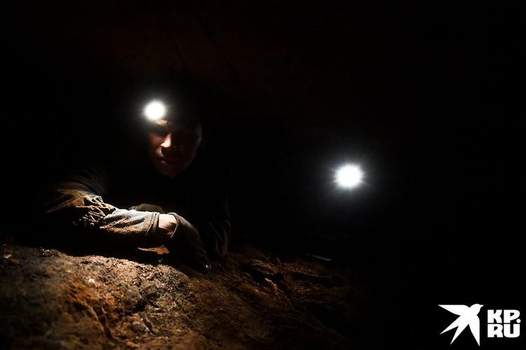 И только свет жалобных фонарей разрезает звенящую пустоту пещеры.